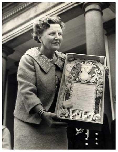 La reina Juliana mostrando su Sarah hecha en pastel de pan