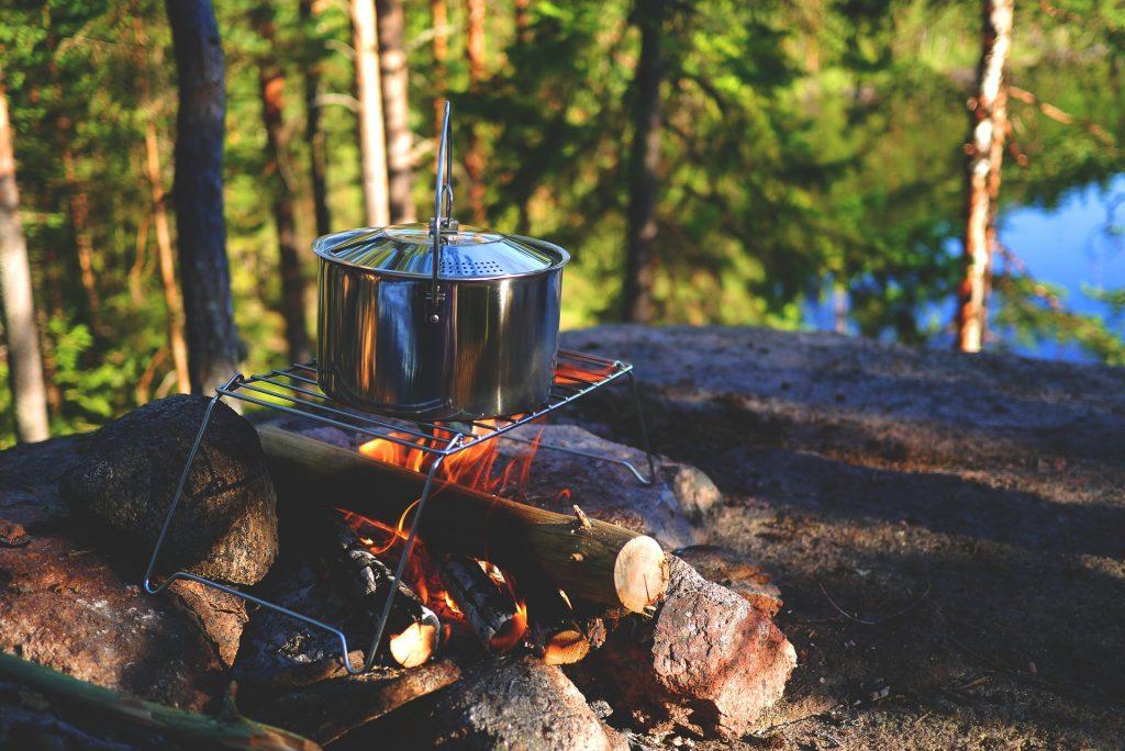 Cocinar y reunirse alrededor de una hoguera, un ideal romántico entre los campistas holandeses. Foto: Snufkin (Pixabay)