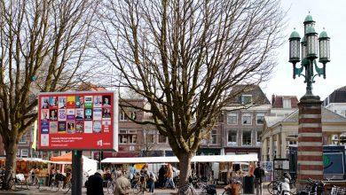 En el mercado de cada miércoles en Leiden, cartel de la campaña electoral con los principales partidos © Fernández Solla Fotografie