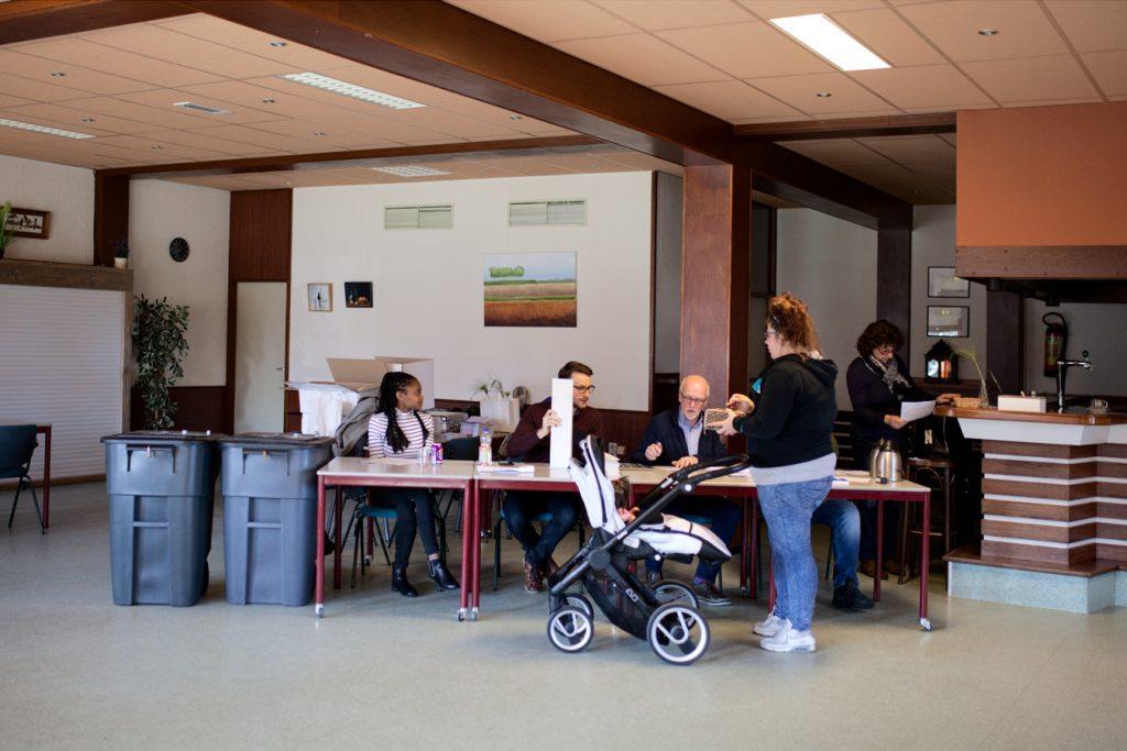 Emitiendo el voto en un colegio electoral en Stompwijk © Fernández Solla Fotografie