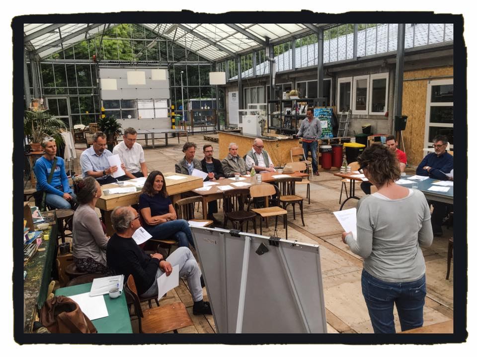 Participantes en una reunión de la cooperativa Noordenlicht en Haarlem