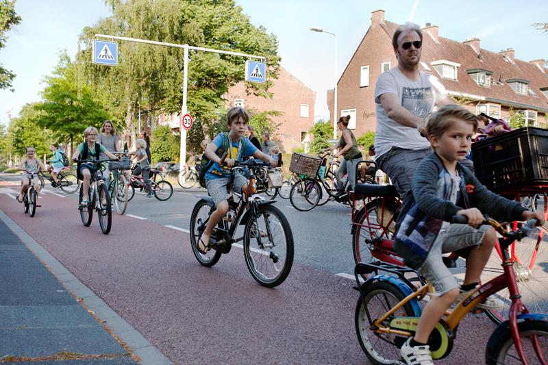 Cientos de ciclistas durante la hora punta de entrada al colegio © Fernández Solla Fotografie
