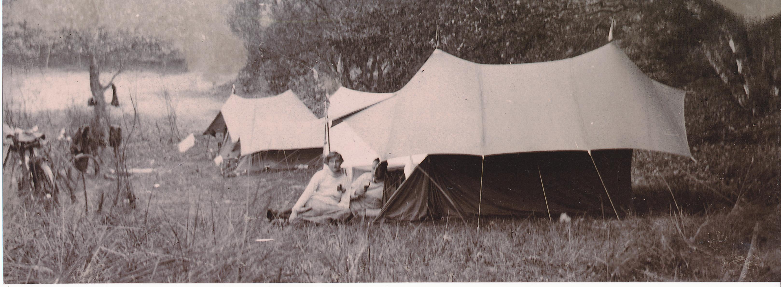 Una pareja de campistas holandeses de principios del siglo XX. © Archivo del NTKC