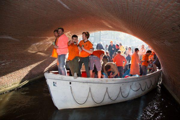 Los canales y las calles holandesas se tiñen de naranja en el Día del Rey. Fotos: Pixabay y Belén C.Díaz