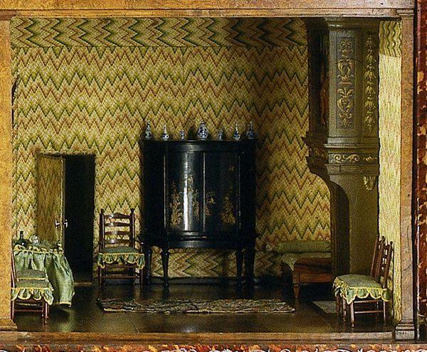 Arriba, detalle de la casa de muñecas Petronella Oortman, expuesta en el Rijksmuseum de Ámsterdam.
