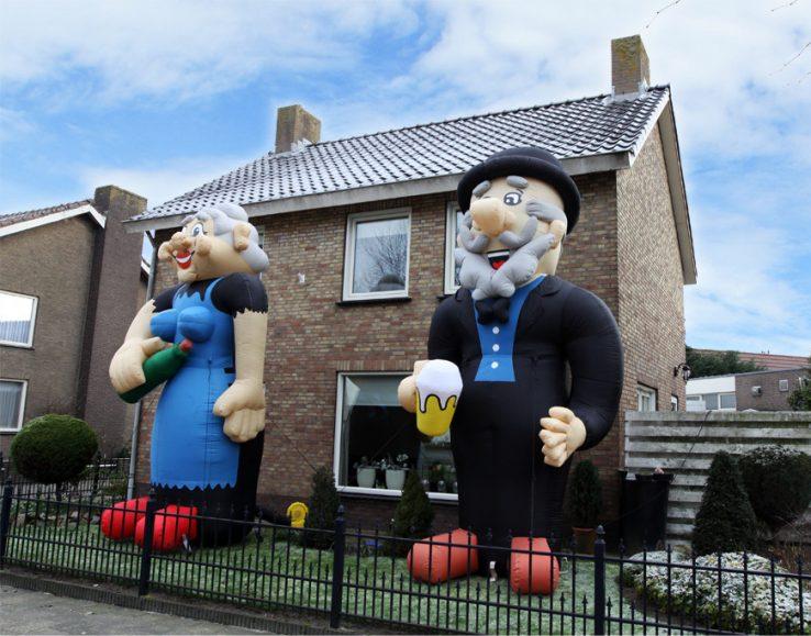 A la derecha, dos muñecos hinchables para festejar el 50 cumpleaños del hombre y de la mujer que viven en la casa.