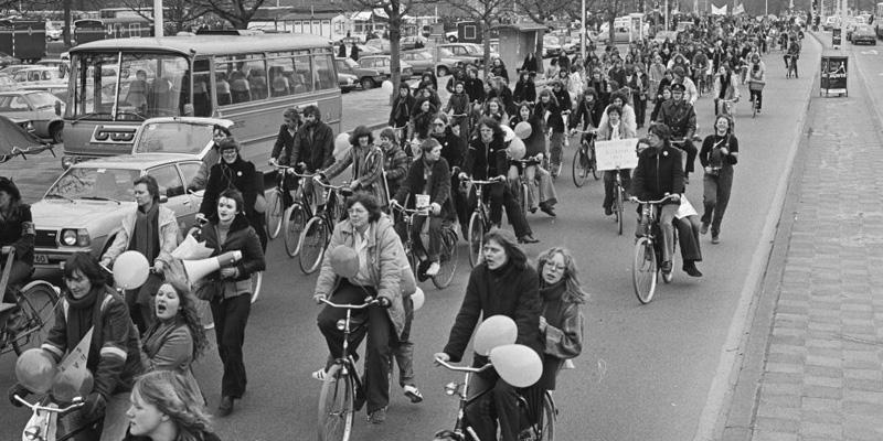 A la derecha, ciclistas manifestándose en la capital holandesa en 1979.