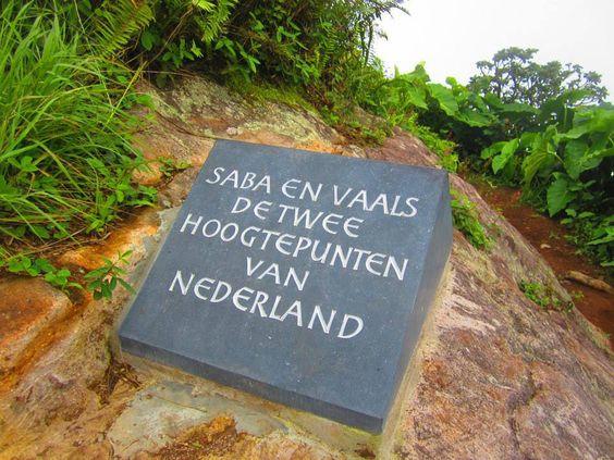 placa en el monte Scenery de Saba, que también hace referencia a Vaals, la colina en Limburgo donde confluyen las fronteras de Alemania, Bélgica y Países Bajos.