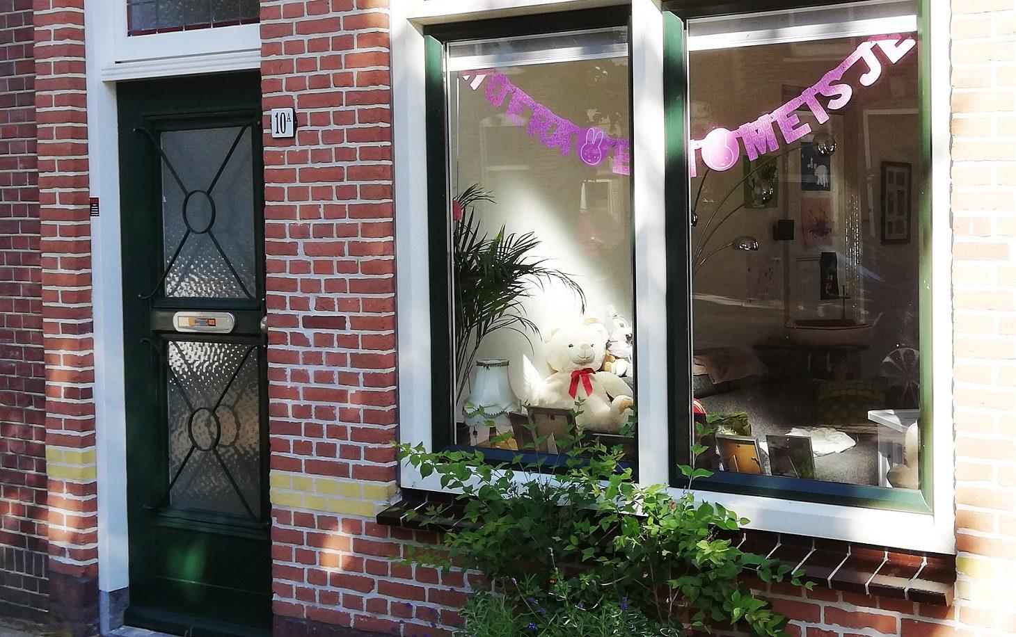 Dos tradiciones típicas holandesas: la de anunciar el nacimiento de un hijo o el término de la escuela secundaria. Fotos: SuJu