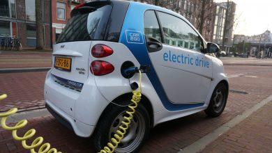Coche eléctrico para alquiler urbano de la empresa Car2Go, aparcado en uno de los puntos de recarga de Ámsterdam.