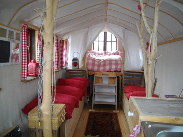 """Arriba, interior del barco """"The Great Outdoors"""" construido con materiales sostenibles."""